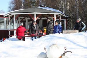 Vid föreningsstugan i Pråmviken grillades det korv till deltagarna som kom till årets pimpeltävling.
