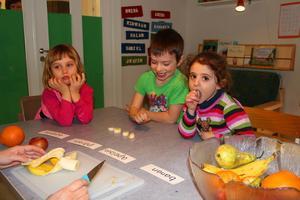 Under fruktstunden får Aurela, Sabiel och Salam räkna hur många bananpengar de vill ha.