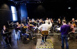 Tio jämtländska musiker, två från Trondheim och en från Stockholm ingår i ensemblen.