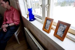 Mikael Nyberg förbereder sitt föredrag om modern i kammaren i torpet  i Håxås. I fönstret står Birgit Ståhl-Nybergs barn- och ungdomsporträtt.Foto: Ulrika Andersson