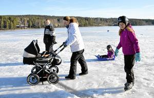 Familjeträff. Flera av de tävlandes familjer passade på att ta en promenad på isen. Julia Ahlner tog sig fram på skridskor tillsammans med Alma Torstensson i pulkan, mamma Susanne Ahlner och moster Erika Ahlner.