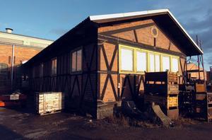 Korsvirkeshuset byggdes av skånska järnvägsarbetare och inrymde en smedja. Ett bevarande förelås.