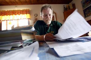 Högarna med papper från sjukvården och Försäkringskassan växer sig allt högre hemma hos Peter Holmberg. Trots läkares avrådan att arbeta kräver Försäkringskassan att Peter ska gör just det.