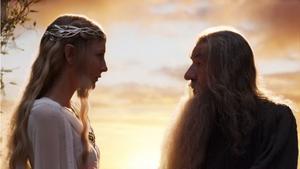 Alvdrottningen Galadriel och trollkarlen Gandalf Grå (Cate Blanchett och Ian McKellen) återkommer i