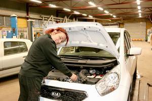 Sedan två år tillbaka jobbar Louise som bilmekaniker på Meca EME Bilservice i Kolbäck. Och hon trivs.