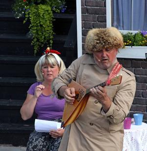 Lisa (Ulrika Hollsten) står med båda fötterna på jorden och imponeras inte av Olegs (Göran Ericssons) balalajkamusik.