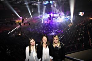 Maria Tyrhagen, Emelie Hillman och Isabelle Östling på Thorén Business School vann VIP-biljetter och fick en helkväll i arenan.