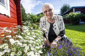 I den välskötta trädgården finns både äpplen och bärbuskar, ett litet potatisland skymtar och praktmalvorna lyser upp i landet. Trädgården är en källa till glädje och avkoppling för Elly Gunnarsson som alltid siktar framåt och har