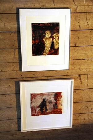 Guld och dova toner kontrasterar varandra i flera av målningarna.