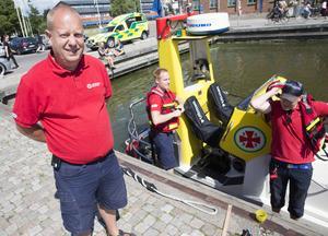 Andreas Tedbrant och kollegerna Elias Bouvin och Robin Larsson visar upp båten Rescue Odd Fellow Mälaren för besökare vid Elba kajen.