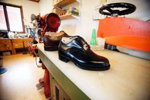 """""""De här skorna är till en kortväxt. Det är hans första riktiga par skor. Annars får han gå till barnavdelningen"""", berättar Janne."""