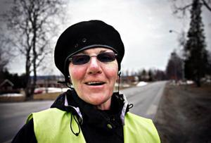 """Anna-Karin Skoglund ute på ett av sina träningspass. """"Jag tar långa promenader på mellan 1 och 1,5 timme varje dag"""", säger Anna-Karin Skoglund. När hon kommer hem fortsätter träningen med gummiband och vardagliga sysslor. """"Nu är det träning,  träning och träning som gäller"""", säger hon."""
