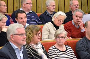 """Närmast kameran till vänster, Bo Rudolfsson (KD), kommunstyrelsens ordförande var spänd under mötet. Nu tycks det bli ett samarbete med oppositionen i stället för med moderater och centerpartister i """"Ett bättre Laxå""""."""