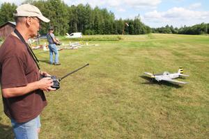 Åke Landar, från Edsbyn, byggde sitt modellflygplan för femton år sedan. Han säger att det blivit billigare att hålla på med modellflygning under senare år. Det hjälper dock om man inte kraschar så ofta även om det är ofrånkomligt under upplärningsperioden.