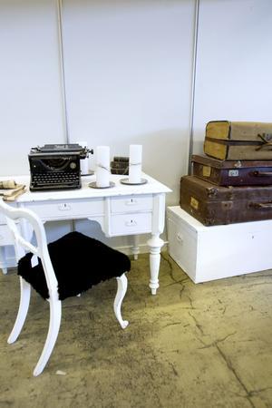Vitt på gamla möbler.