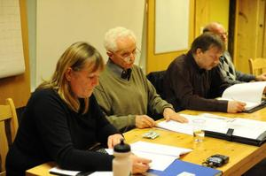Skogeierlagets ledare, Anders Sjövold i mitten av bilden var märkbart tagen under mötet och de första orden han inledde årsmötesförhandlingarna med  var att beklaga det intreffade. - Jag visste inte vad jag skrev under på. Det säger Anne-Mari Estensen, ytterligare en av de som står bak skrivelsen.