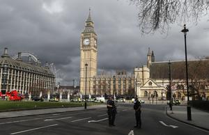 Beväpnade poliser stod vakt utanför det brittiska parlamentet i London efter onsdagens attack.