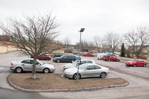Flera parkeringr på Bäckby kan komma att övervakas med kameror. Bostadsbolaget Mimer har ansökt om att få tillstånd att sätta upp ett 30-tal övervakningskameror.
