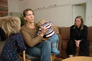 VANLIGA. Anna Torstensson (till vänster) med barnen Edvin och Arvid menar att det är viktigt att prästen Anette Wilger och hennes kollegor inte sätter sig på höga hästar.