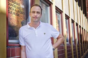 Sportchefen Mikael Eriksson jobbar vidare med spelare och tränare.