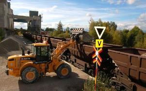 Efter att de 24 kalkvagnarna fyllts på ska de transporteras 108 mil upp till Gällivare längs Inlandsdsbanan. Varje vagn tog cirka åtta minuter att lasta. Foto: Hans Olander/DT