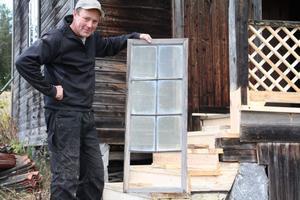 Per ska även renovera de gamla blyinfattade fönstren tillhörande stösset. Det rör sig om fyra bågar. Han beräknar att det kommer att ta en vecka att laga fönstren.