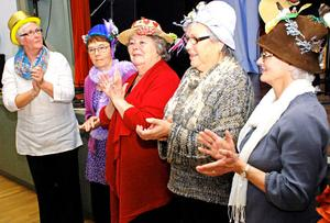 Hattparaden var både sevärd och färgsprakande. Längst till vänster PRO-ordförande Lena Lisskar.