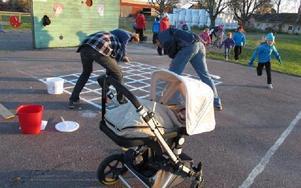 Elever, föräldar och syskon hjälper till att göra skolan och skolgården i Alsbäck fin.Foto: KARIN SUNDIN
