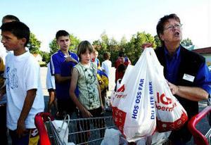 Maggie Lind, butiksanställd på Ica Bommen, startade insamlingen genom att sälja bananlådor. Nu ser hon till att hela fotbollslaget har fika till den fyra dagar långa resan tillbaka till Ukraina.