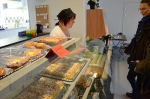 Höstmys i kaféet. Lydia Gutsmann serverar kaffe till gästerna.
