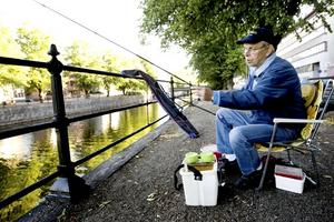 FISKE. Lars Löwdin metar i Gavleån. Han tycker att de nya fiskekorten är en bra idé.