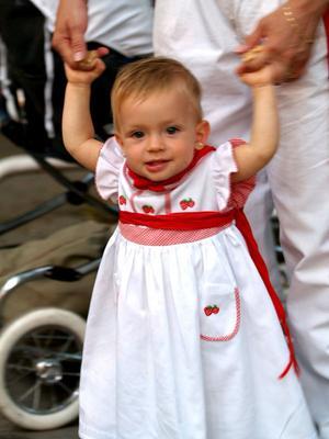 Flicka traditionellt klädd i underbar festyra på San Fermin-festen i Pamplona.