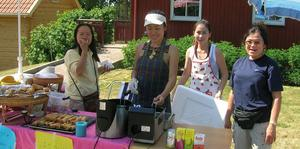 VÄLBESÖKT. På marknadstorget vid Vendelskyrka serverade Toy Ratsamee och hennes medarbetare äkta thailändska vårrullar.