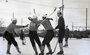Dallas gratuleras av lagkamrater efter att ha gjort en av Brobergs pytsar i 6–2-segern över Örebro SK i SM-semifinalen 1963.