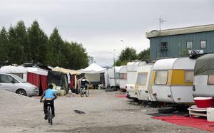 Tiggarna är på väg tillbaka till Sundsvall. Med våren och värmen flyttar allt fler in i husvagnarna i hamnen.