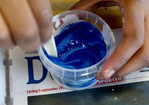 Med hjälp av Latex, Hydrocarb, Bermocoll och en deciliter vatten fick eleverna i klass 5B på Björksätraskolan i går prova att blanda egen färg.