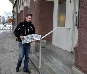Får hjälp av GIS. Fredrik Åkerlund är ett av de 260 tidningsbudbud i Gästrikland som varje natt använder GIS-tekniken. Informationen om var de befinner sig uppdateras varannan minut. Denna information raderas klockan 23.00 varje dag och Svensk Morgondistribution måste rapportera vilka som tagit del av den.