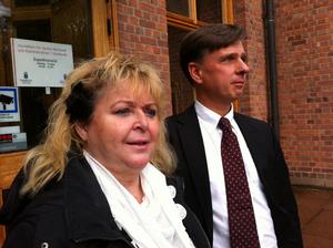 Kikki Danielsson med advokat Peter Näslund vid hovrätten.