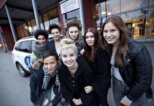 Idolerna kände på Läkerol Arena. Bakre raden från vänster André Zuniga-Asplund, Robin Stjernberg, Moa Lignell, Amanda Persson och Molly Pettersson Hammar. Längst fram Olle Hammar och Amanda Fondell.