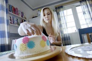 – Det är mer en hobbygrej, säger Elin om sin vurm för att göra annorlunda och vackra tårtor. Det har fört med sig att hon nu ska ta emot beställningar på studenttårtor via Ica Söder.