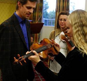 Jonas Lindgård, Charlotte Fregelin och Karoliina Saloheimo med violiner som de nu får disponera.