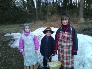 Mina barn Olivia, Dennis Belinki och deras kompis Frida ska åka till blåkulla. Jag som tagit bilden heter Malin Belinki bilden tagen i Måsta Munktorp.