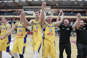 Nick Spires, Martin Pahlmblad och Vedran Bosnic jublar efter att Sverige gått vidare från förkvalet och blivit klart för den första ordinarie kvalomgången till VM i Kina 2019.