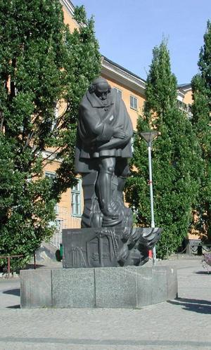 Louis De Geer var Sveriges första stora invandrarentreprenör. På Gamla torget i Norrköping står han staty med en tygbal över axeln. I Norrköping upprättade han vapenfaktori och mässingsbruk och grundlade stadens textilindustri.
