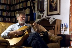 Henry Segerström, 70 år, klinkar gärna på gitarren.