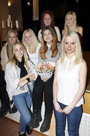 Maja Borrsjö lottades fram till Ljusdals Lucia och fick en blombukett av Lions. Hon och hennes tärnor övar redan för fullt inför Luciadagen när de ska