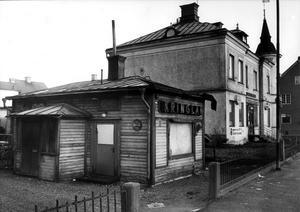 Brödbutiken på Pilgatan. Tornhuset i bakgrunden står fortfarande kvar, men kringlan hade tjänat ut redan 1968, då den här bilden togs.
