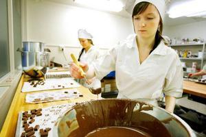 Amanda Theland och Matilda Thuresson har fullständig koll på hur man gör chokladöverdragna mjukkolor.