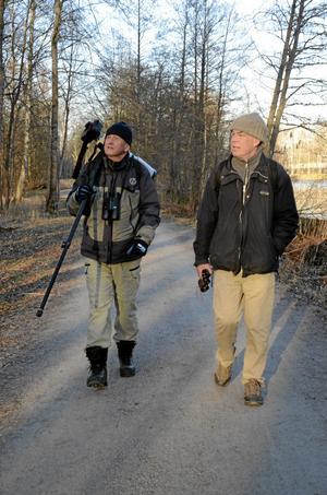 Vaksam vandring. Torbjörn Arvidson och Clas ser och hör. En stjärtmes bland träden.