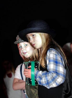 På luffen. Linnea Berbres-Kårelid, med dragspelet i händerna, och Thea Sjöblom sjöng sånger hämtade från Rasmus på Luffen.
